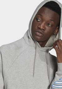 adidas Originals - ADICOLOR TRICOLOR TREFOIL HOODIE UNISEX - Luvtröja - mgreyh - 4