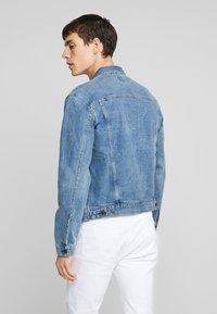 GAP - V-DENIM ICON CALM - Veste en jean - medium worn - 3