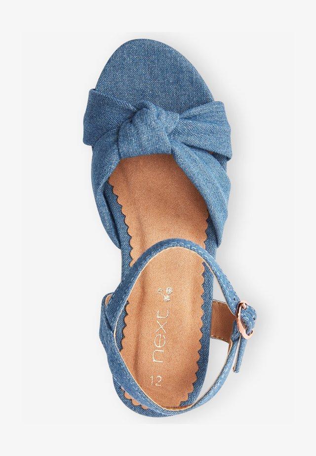 Sandały na koturnie - blue denim