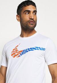 Nike Performance - LEG TEE - Print T-shirt - white - 4