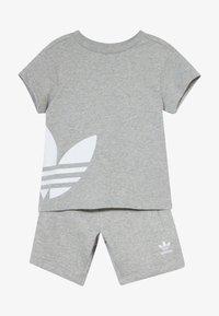 adidas Originals - TREFOIL SET - Pantaloni sportivi - mgreyh/white - 4