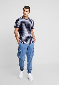 Le Fix - STRIPE TEE - T-shirt imprimé - navy / white - 1