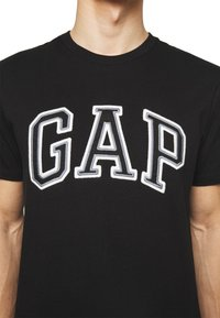 GAP - BAS ARCH - T-shirt z nadrukiem - true black - 5