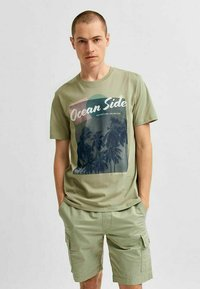 Selected Homme - STATEMENT - T-shirt med print - tea - 0