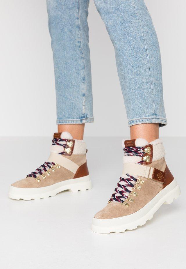 WESTPORT - Boots à talons - beige