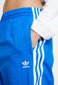 adidas Originals - LOCK UP ADICOLOR NYLON TRACK PANTS - Träningsbyxor - bluebird - 6