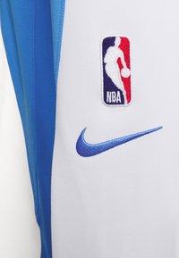 Nike Performance - NBA LOS ANGELES LAKERS CITY EDITON THERMAFLEX PANT - Pantalon de survêtement - coast/white/pure platinum - 5
