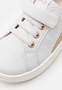 LIU JO - MINI ALICIA - Sneakers - white/gold - 5