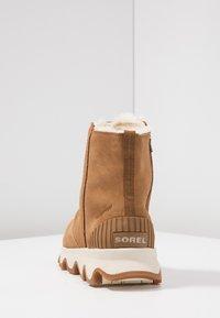 Sorel - KINETIC SHORT - Winter boots - camel brown/natural - 5