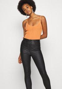 Vero Moda - VMSOPHIA SKINNY BIKER COATED  - Jeans Skinny Fit - black/coated - 3