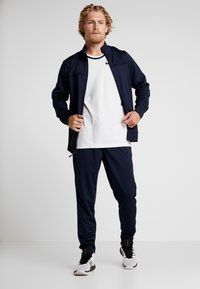 Nike Performance - M NK RIVALRY TRACKSUIT - Dres - obsidian/black - 1