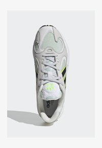 adidas Originals - YUNG-1 SHOES - Trainers - green - 3