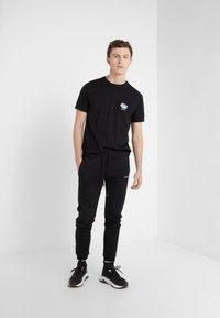 Bricktown - SMALL STORMY CLOUD - T-Shirt print - black - 1