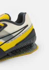 Nike Performance - ROMALEOS UNISEX - Sports shoes - bright citron/dark smoke grey/grey fog - 5