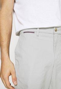 Tommy Hilfiger - BROOKLYN - Shorts - light cast - 4