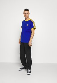 adidas Originals - 3 STRIPES TEE UNISEX - Print T-shirt - royblu/actgol - 1