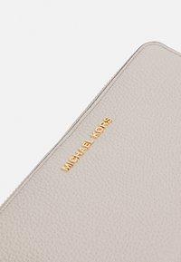MICHAEL Michael Kors - JET SET FLAT CASE - Wallet - light sand - 4