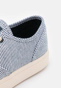 Clae - AUGUST - Sneakersy niskie - navy/white/denim - 5