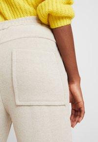 And Less - HAINA PANTS - Kalhoty - white alyssum - 3