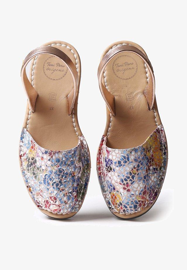 MAO-PM - Sandaalit nilkkaremmillä - taupe