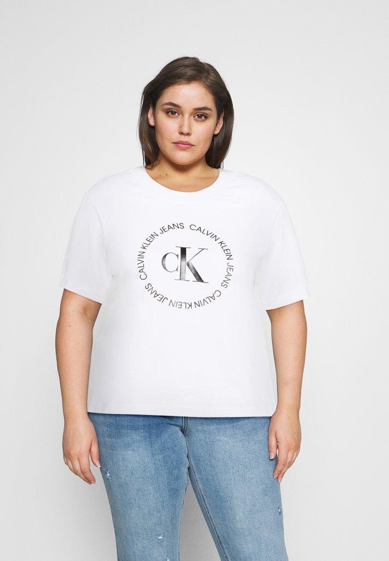 Calvin Klein Jeans Plus - ROUND LOGO STRAIGHT TEE - Print T-shirt - bright white