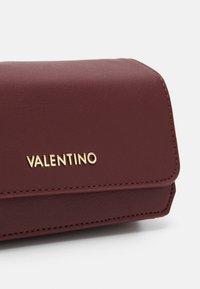 Valentino by Mario Valentino - MEMENTO - Skulderveske - vino - 3