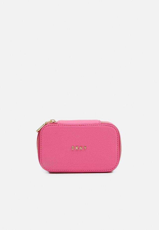 GIFTING JEWELRY BOX - Kosmetická taška - bright pink