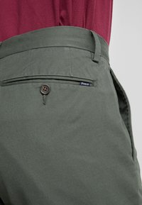 Polo Ralph Lauren - FLAT PANT - Pantalon classique - angler green - 4