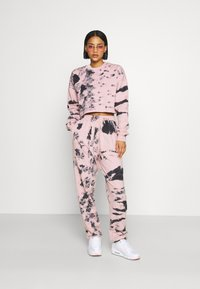Missguided - TIE DYE JOGGER - Tracksuit bottoms - pink - 1