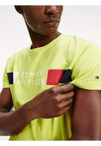 Tommy Hilfiger - Print T-shirt - yellow - 4