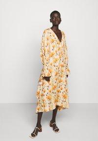 Mother of Pearl - V NECK DRESS WITH PIN TUCKS AND BUTTONS - Vapaa-ajan mekko - poppy peach - 0