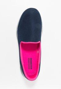 Skechers Performance - GO WALK 5 - Obuwie do biegania Turystyka - navy/hot pink - 1
