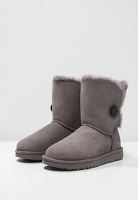 UGG - BAILEY BUTTON II - Classic ankle boots - grey - 3