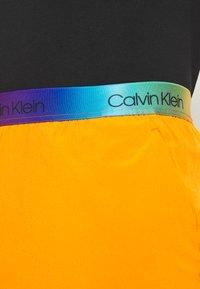 """Calvin Klein Performance - PRIDE 7"""" SHORT - Korte broeken - danger orange - 3"""