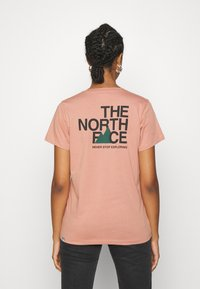 The North Face - LETTER BACK TEE - Triko spotiskem - pink clay/evergreen - 2