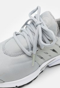 Nike Sportswear - AIR PRESTO - Trainers - light smoke grey/white/black - 5
