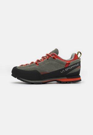 BOULDER X - Lezecká obuv - clay/saffron