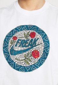 Nike Performance - TEE - T-shirt con stampa - white - 5