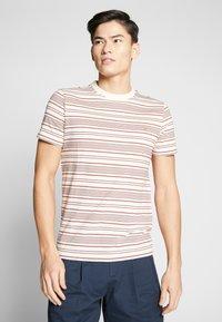 Farah - ROSEDALE TEE - T-shirt z nadrukiem - cream - 0