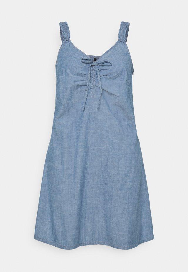 VMAKELA CHAMBRAY FLOU DRESS - Spijkerjurk - medium blue denim