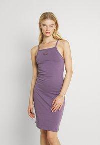 Nike Sportswear - FEMME - Vestido ligero - amethyst smoke/metallic gold - 0