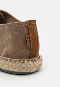 Pompeii - Sznurowane obuwie sportowe - moss - 5