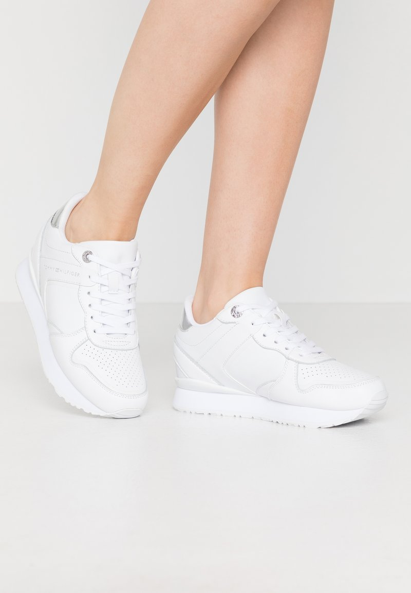 Tommy Hilfiger - DRESSY WEDGE  - Sneakers basse - white