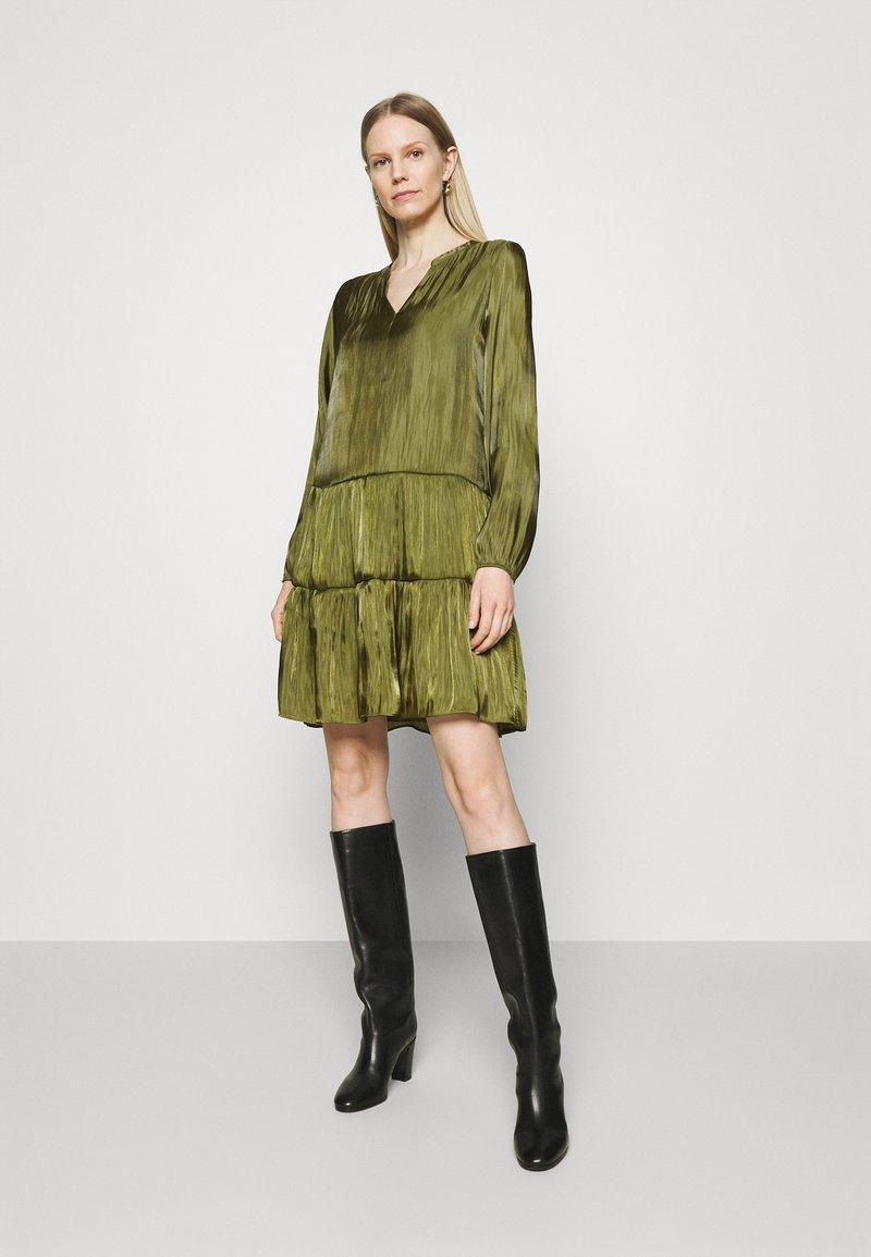 comma - KURZ - Denní šaty - deep green