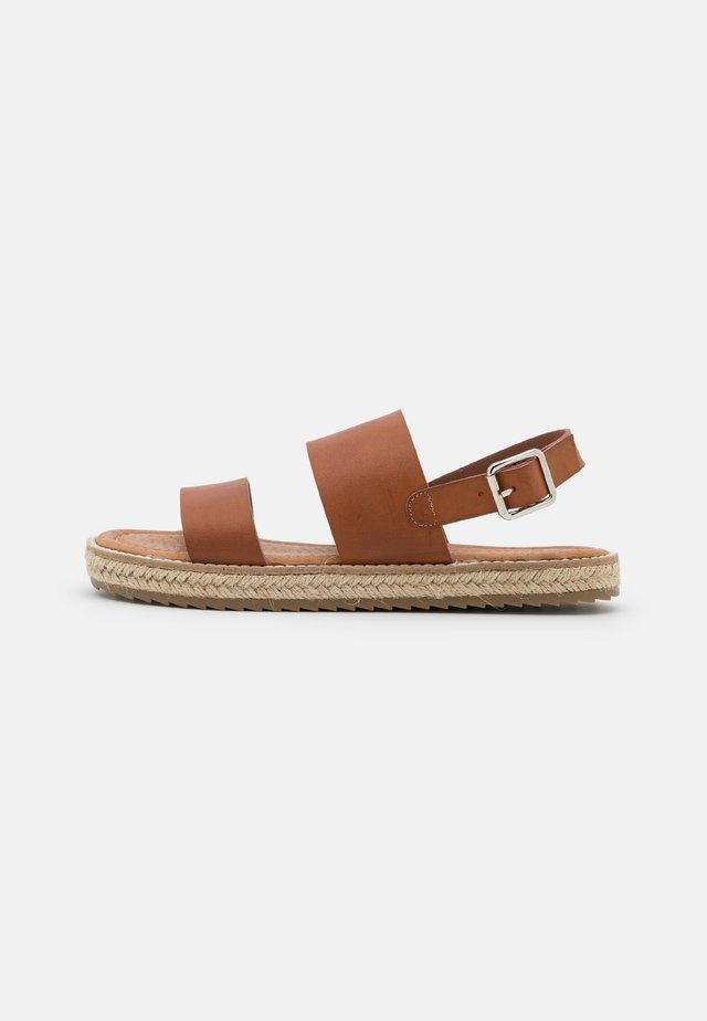 ANIELA - Sandaler - brown