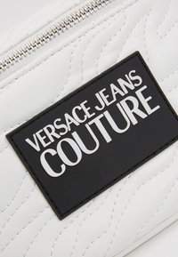 Versace Jeans Couture - QUILTED BELT BAG - Heuptas - bianco - 5