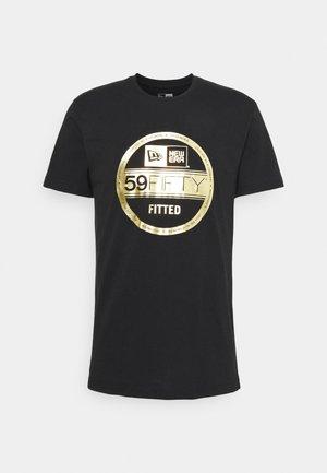 ESSENTIAL VISOR STICKER TEE - Klubové oblečení - black/gold
