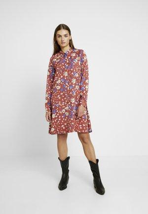 NUMEDERIE DRESS - Kjole - mahogany