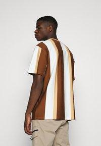 Karl Kani - SIGNATURE STRIPE TEE - Print T-shirt - beige - 2