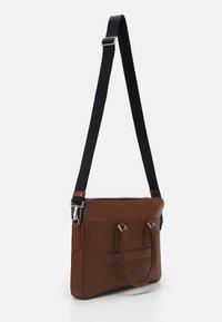 Tommy Hilfiger - BUSINESS SLIM COMP BAG UNISEX - Portafolios - brown - 1
